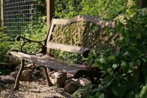 verwitterte, alte Gartenbank aus Holz