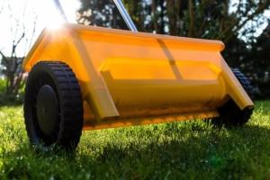 gelber Streuwagen in der Sonne