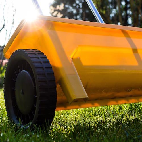 Streuwagen auf Rasen